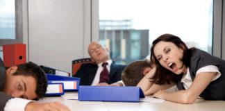 Уставшие менеджеры спят в офисе